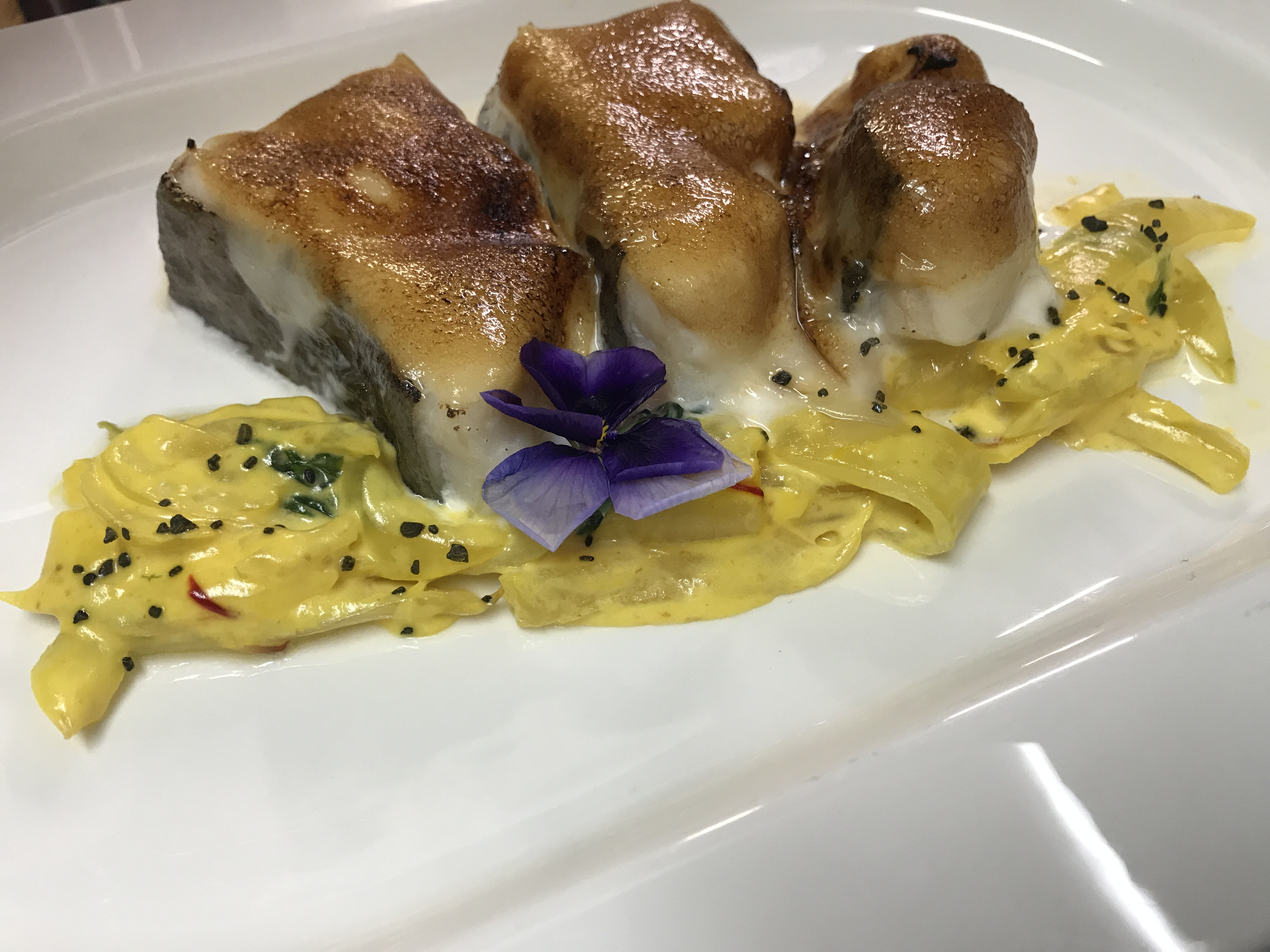 Bacalao al gratén de miel con cebollita asada al azafrán del Jiloca