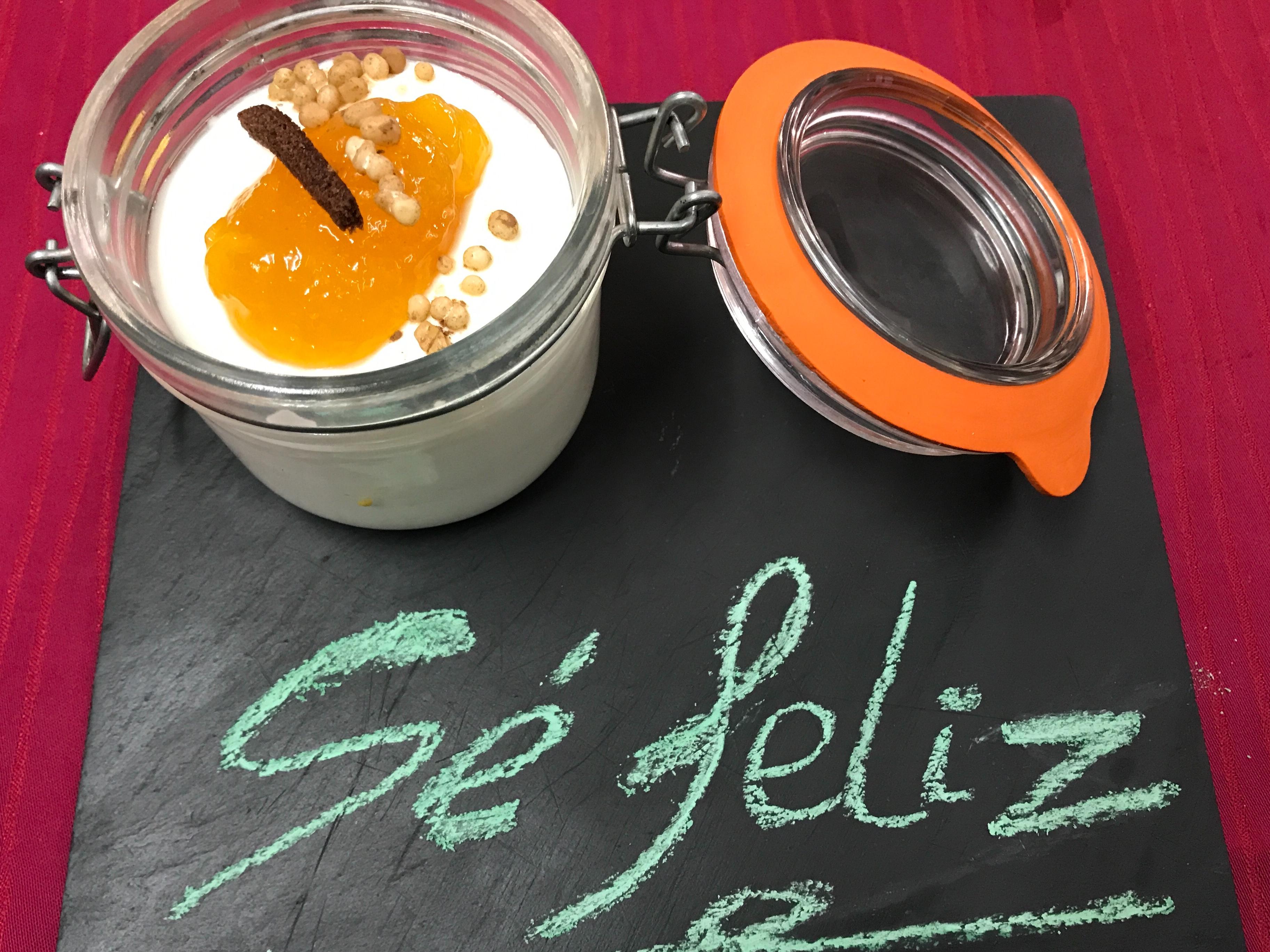 Mousse de yogurt en lecherita de confitura de melocotón