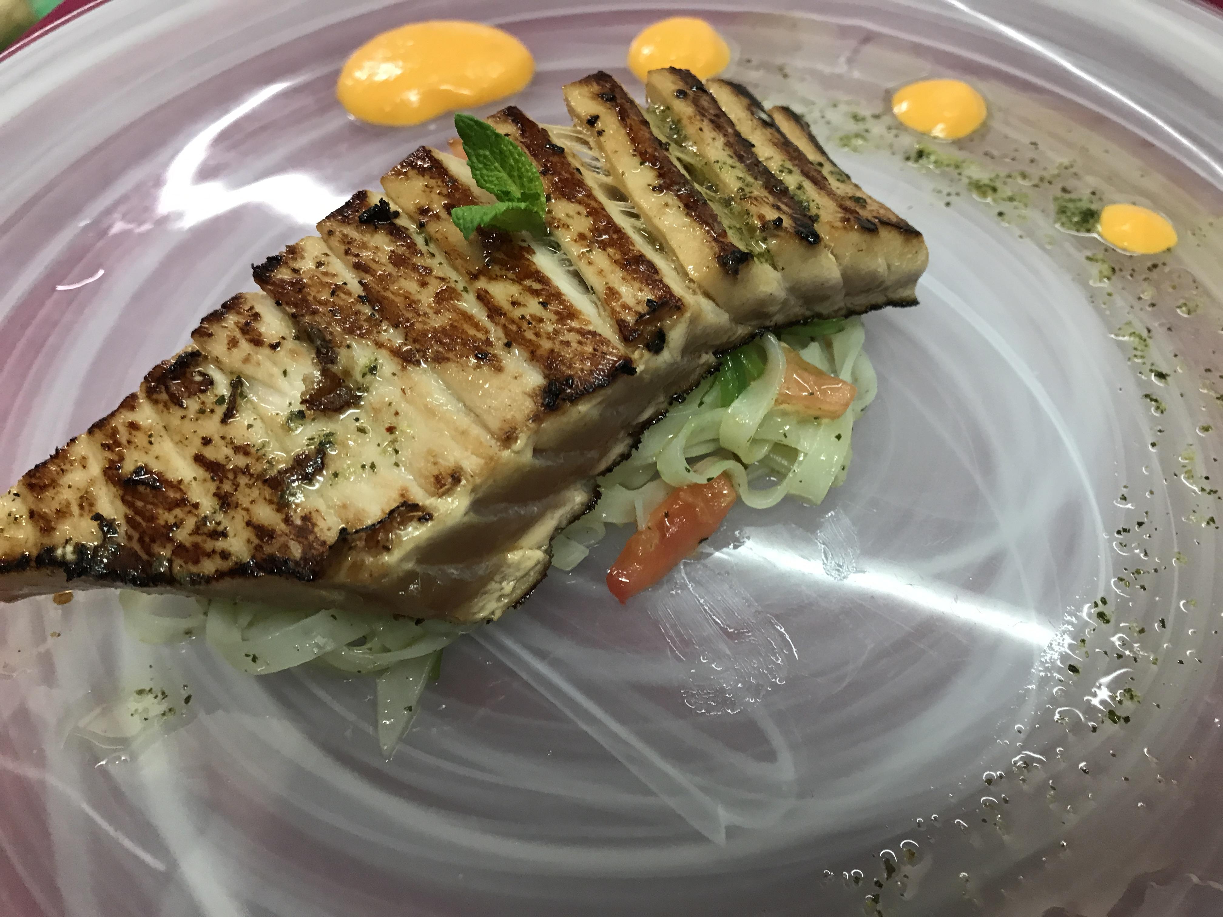 Ventresca de Atún marinada con soja y piña en cama de Nudels