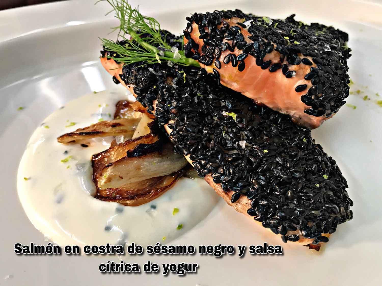 Lomos-de-salmón-en-costra-de-semillas-de-sésamo-negro-con-hinojo-y-salsa-cítrica-de-yogur